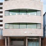 外観 車4台の駐車スペースとスロープを備えたユニバーサルデザインの医療ビル