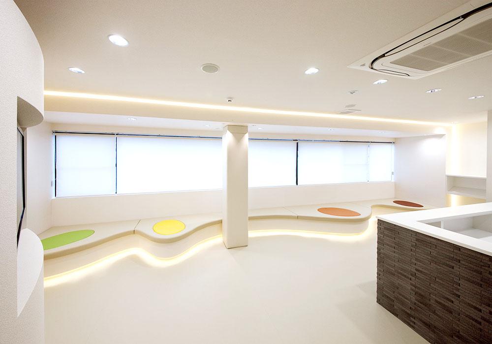待合室正面 患者様が癒されるように広めの空間と白の色調でまとめました