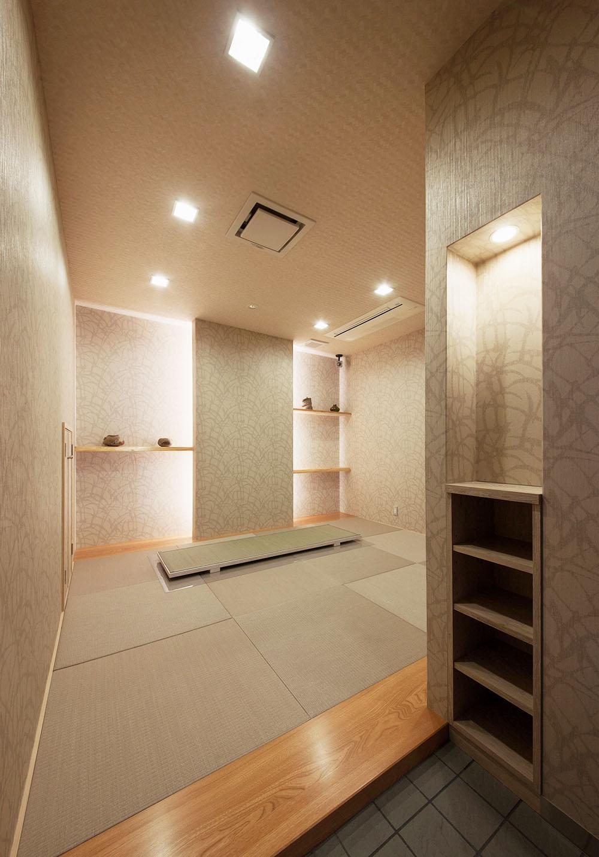 和室 琉球畳、天然ヒノキの飾り棚など素材にこだわり、間接照明で落ち着いた雰囲気に仕上げました