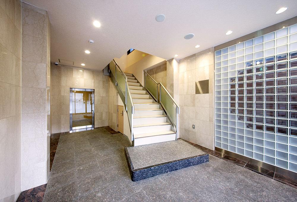 1階入り口 ロビー 重厚感と採光による開放感を併せもつロビー