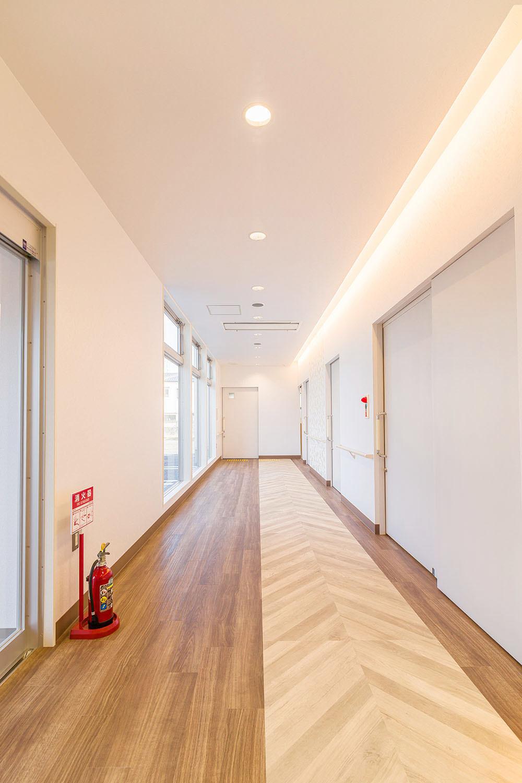 診察室、内診室、処置室&待合スペース。白色を基調とし、清潔感&ゆったりとした空間に