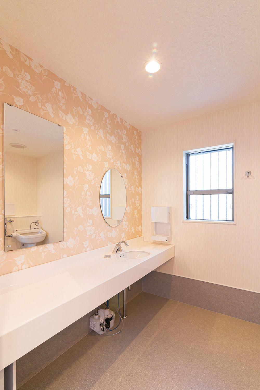 オストメイト対応トイレ内の洗面所。車いすでも快適な広い空間