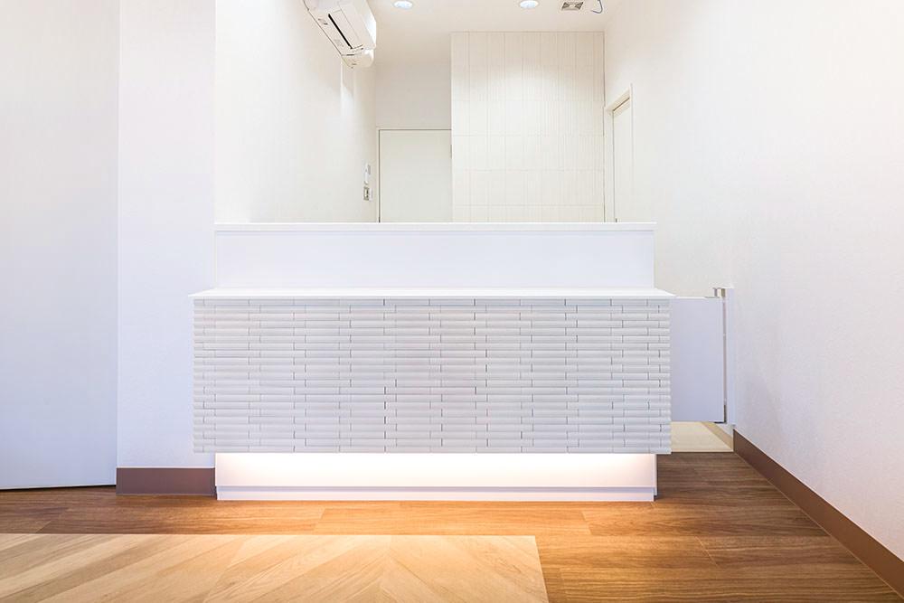 カウンター側面はタイルで施工することで重厚感UP。照明は埋め込み式LEDの間接照明