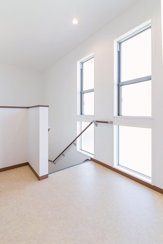 太陽光の自然光で明るい階段室