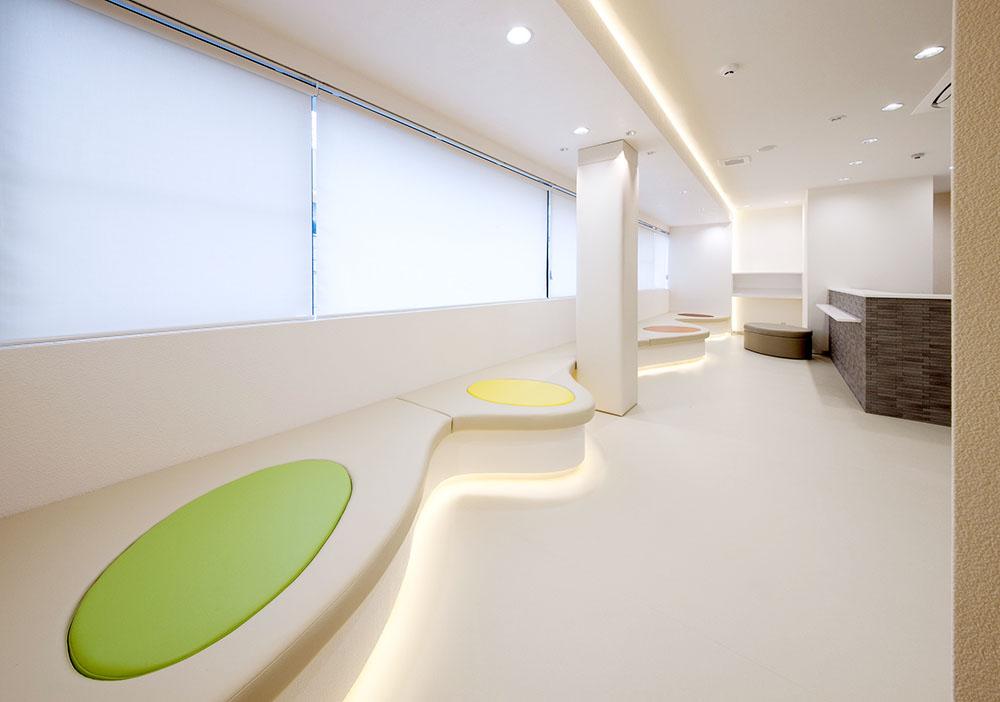 待合室側面 座面・カラー座面・柱は、安全性を考慮し、レザーを使用
