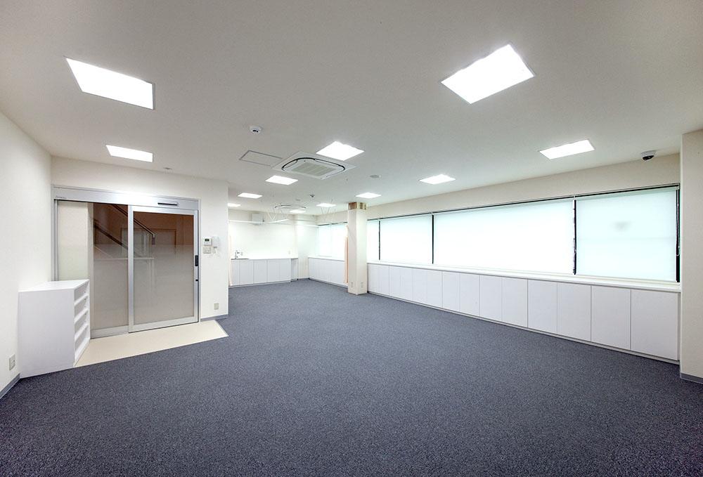 明るく開放感溢れるリハビリ室とレントゲン室