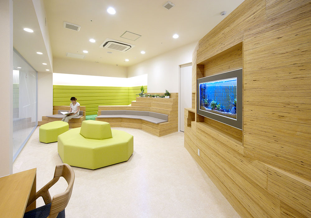 熱帯魚の水槽を設置し、開放感のある待合室