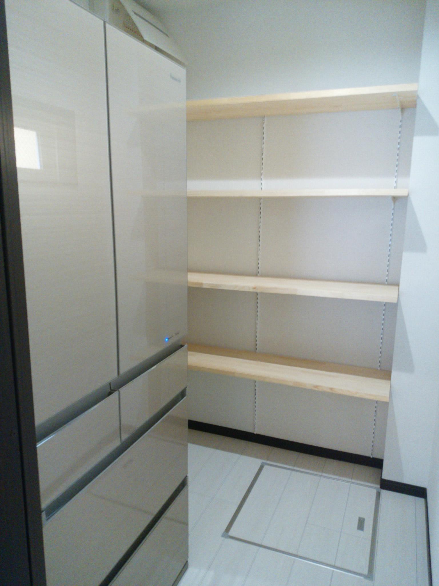 大容量のパントリー。生活感の出る冷蔵庫も隠します。